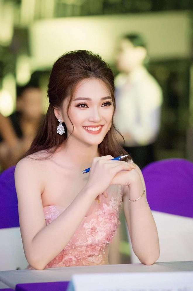 Hết bị nghi check-in ở khách sạn, Văn Đức và top 10 Hoa hậu Việt Nam 2017 lại rủ nhau đi ăn uống-5