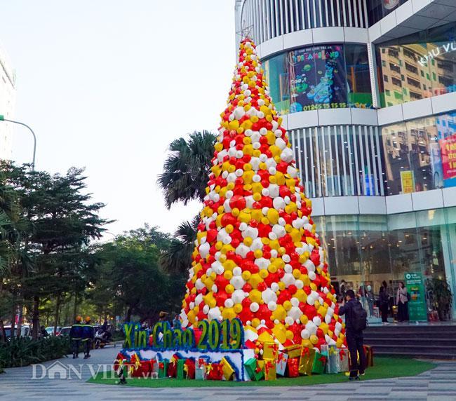 LẠ: Cây thông Noel được dựng từ 2.000 chiếc nón lá ở Hà Nội-1