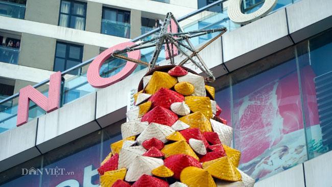 LẠ: Cây thông Noel được dựng từ 2.000 chiếc nón lá ở Hà Nội-2