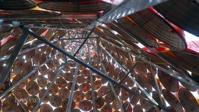 LẠ: Cây thông Noel được dựng từ 2.000 chiếc nón lá ở Hà Nội-4