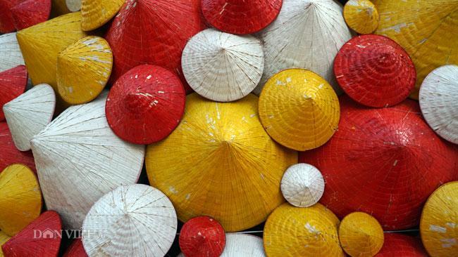LẠ: Cây thông Noel được dựng từ 2.000 chiếc nón lá ở Hà Nội-6