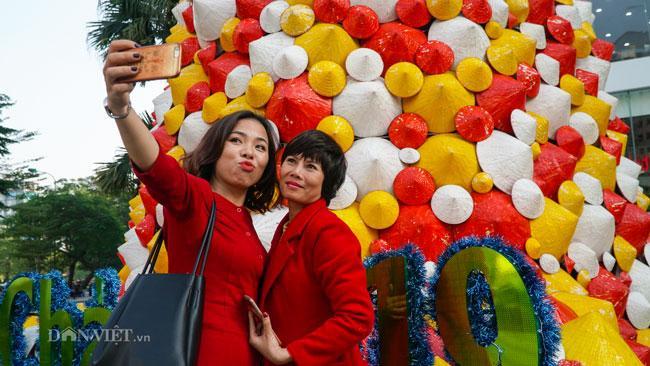 LẠ: Cây thông Noel được dựng từ 2.000 chiếc nón lá ở Hà Nội-7