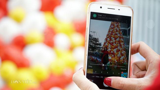 LẠ: Cây thông Noel được dựng từ 2.000 chiếc nón lá ở Hà Nội-8