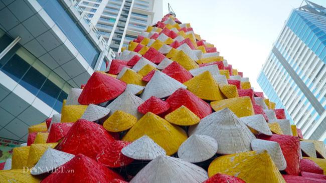 LẠ: Cây thông Noel được dựng từ 2.000 chiếc nón lá ở Hà Nội-10
