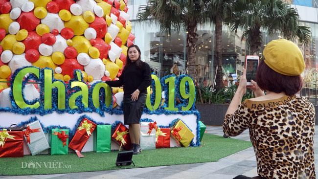 LẠ: Cây thông Noel được dựng từ 2.000 chiếc nón lá ở Hà Nội-9