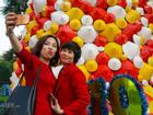LẠ: Cây thông Noel được dựng từ 2.000 chiếc nón lá ở Hà Nội