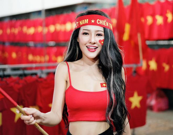 Ngân 98 bán nude mừng tuyển Việt Nam vô địch AFF Cup nổi bật nhất STREET STYLE tuần qua-1