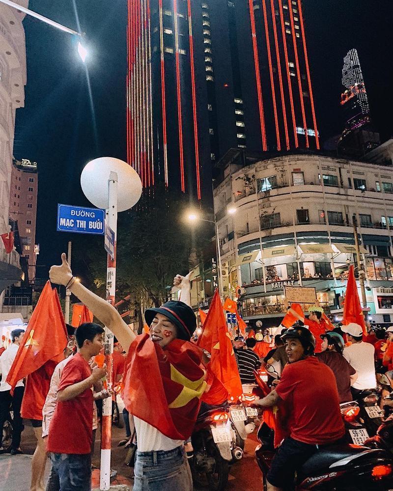 Ngân 98 bán nude mừng tuyển Việt Nam vô địch AFF Cup nổi bật nhất STREET STYLE tuần qua-3