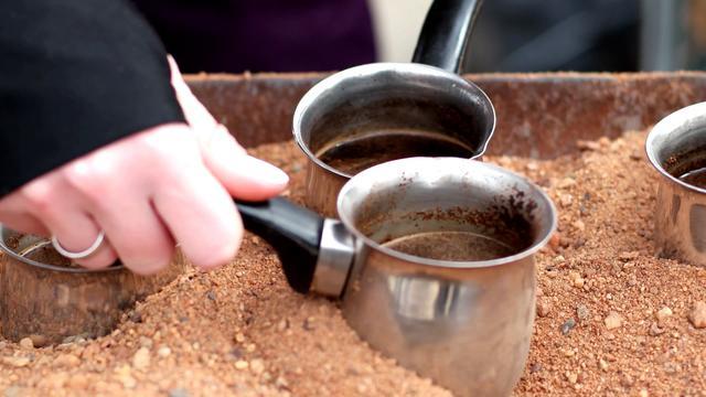 Độc lạ cà phê đun trên chảo cát nóng của vùng Trung Đông-1