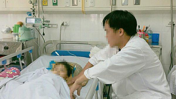 Bé gái 4 tuổi bị kéo lê trên đường gây lóc da và dập bộ phận sinh dục-1