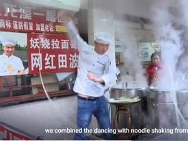 Kỳ lạ: Xem siêu đầu bếp nhảy múa cuồng nhiệt với một sợi mỳ