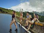 Mặc như không tạo dáng hở bạo trên đèo cao, 4 cô gái xinh đẹp nhận gạch đá đủ xây biệt thự