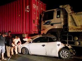 TPHCM: Container bị nổ bình khí, mất phanh, gây tai nạn liên hoàn