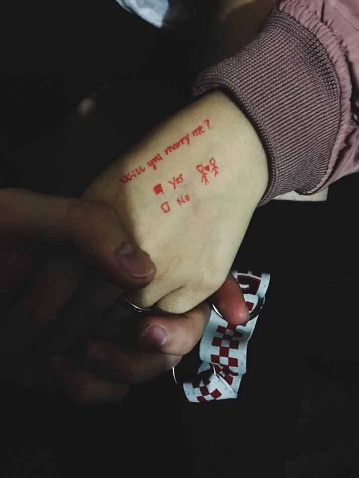 Màn cầu hôn tiết kiệm nhất năm: Dùng bút hí hoáy vài dòng mà vẫn thừa sức làm xiêu lòng bạn gái-1