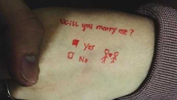 Màn cầu hôn tiết kiệm nhất năm: Dùng bút hí hoáy vài dòng mà vẫn thừa sức làm xiêu lòng bạn gái-2