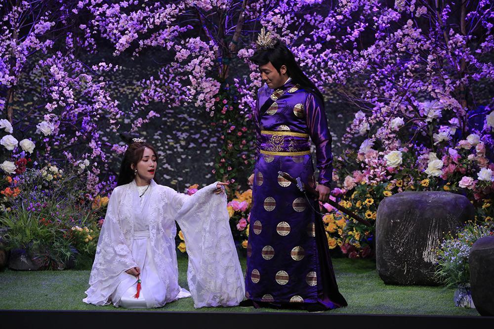 Được yêu cầu trổ tài võ nghệ, Hòa Minzy lại quẩy điệu múa quạt khiến Trấn Thành phát hoảng-1