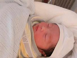 Hằng 'Túi' khoe cận gương mặt đáng yêu của gái út mới sinh hôm qua, hé lộ ca vượt cạn 'thập tử nhất sinh'