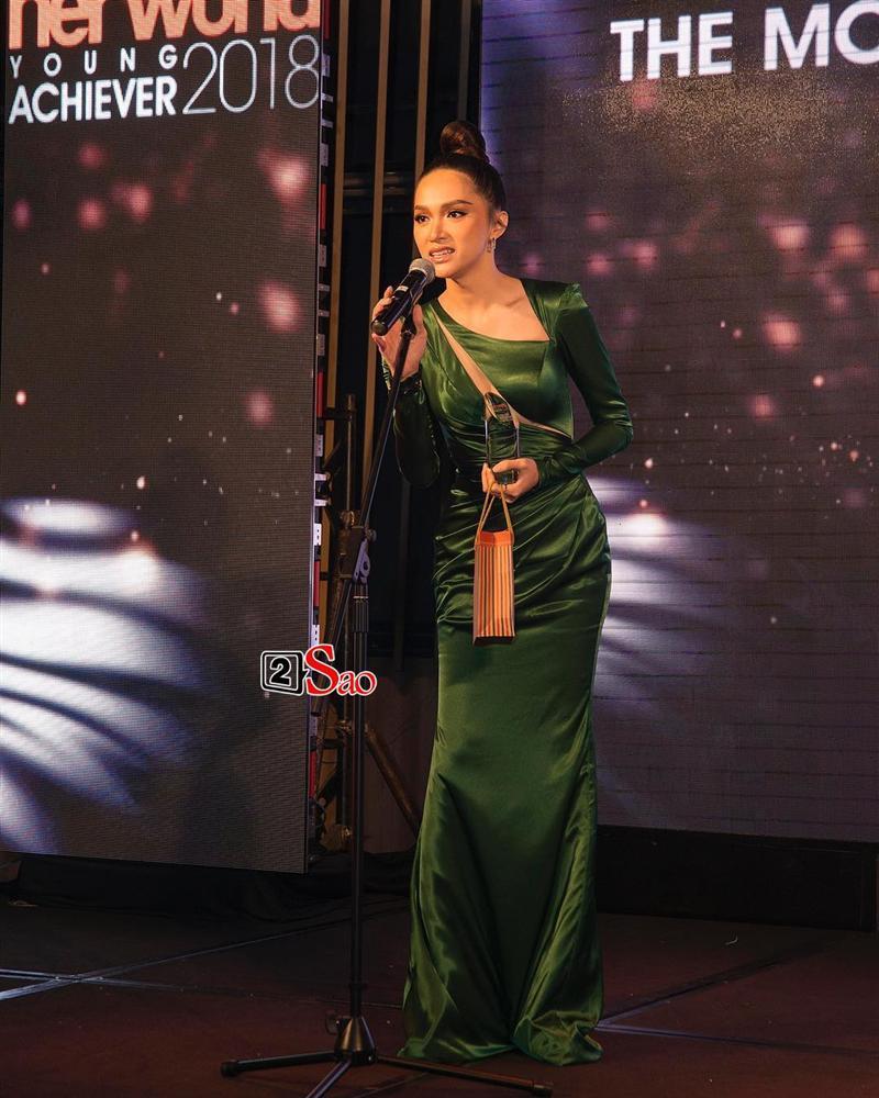 Hương Giang Idol lộ ngực méo mó trong hậu trường chụp ảnh chuẩn bị Miss International Queen 2019-9