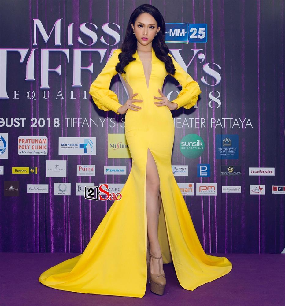 Hương Giang Idol lộ ngực méo mó trong hậu trường chụp ảnh chuẩn bị Miss International Queen 2019-12
