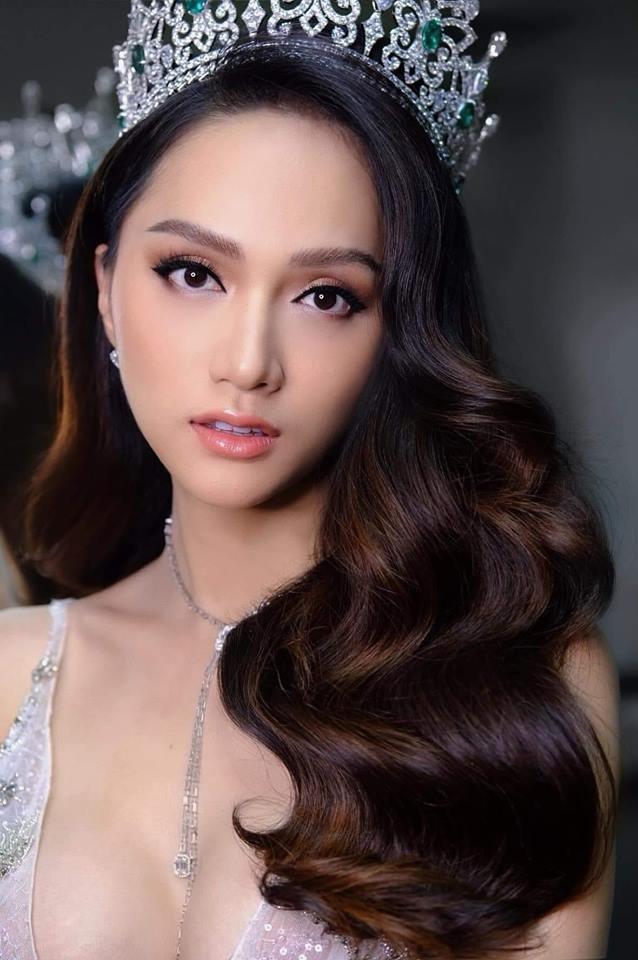 Hương Giang Idol lộ ngực méo mó trong hậu trường chụp ảnh chuẩn bị Miss International Queen 2019-2