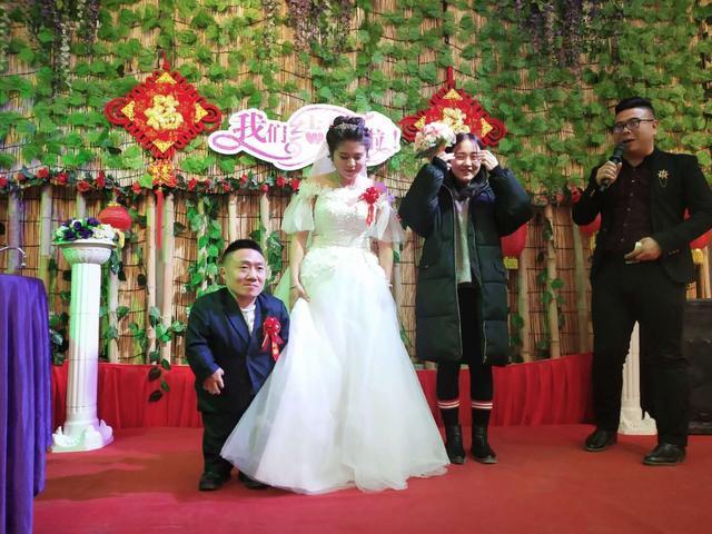 Đám cưới của cô dâu cao 1,6m và chú rể 90cm gây xôn xao mạng xã hội-1