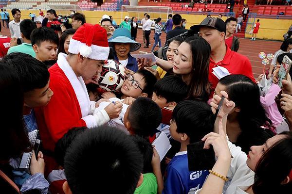 Khi các cầu thủ hóa thân thành ông già Noel: Đức Huy hiền lành bất ngờ, Duy Mạnh ngời ngời bảnh bao-1