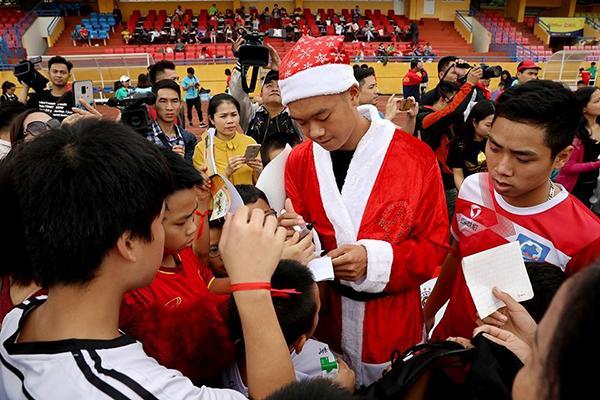 Khi các cầu thủ hóa thân thành ông già Noel: Đức Huy hiền lành bất ngờ, Duy Mạnh ngời ngời bảnh bao-4