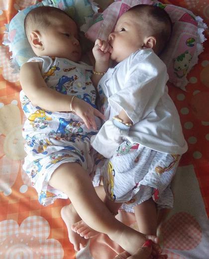 Bất ngờ ngoại hình giống như hai giọt nước của 2 bé trai - con cặp anh em song sinh lấy chị em sinh đôi ở Cà Mau-4