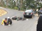 Đổ dốc ở Tam Đảo, xe máy chở đôi phượt thủ lao vào ô tô
