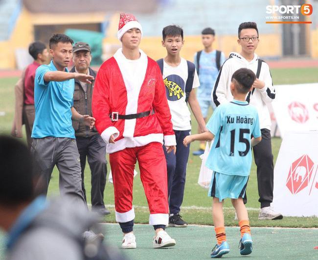 Giáng sinh muôn màu của các cầu thủ: Lâm Tây đẹp trai nhất hội, Đức Chinh lại vui vẻ cùng bạn mới-4