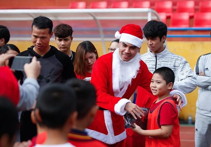 Giáng sinh muôn màu của các cầu thủ: Lâm Tây đẹp trai nhất hội, Đức Chinh lại vui vẻ cùng bạn mới-3