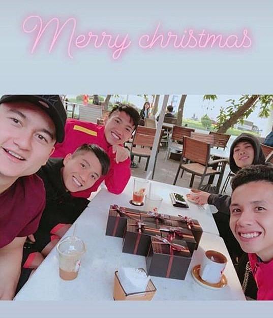Giáng sinh muôn màu của các cầu thủ: Lâm Tây đẹp trai nhất hội, Đức Chinh lại vui vẻ cùng bạn mới-9