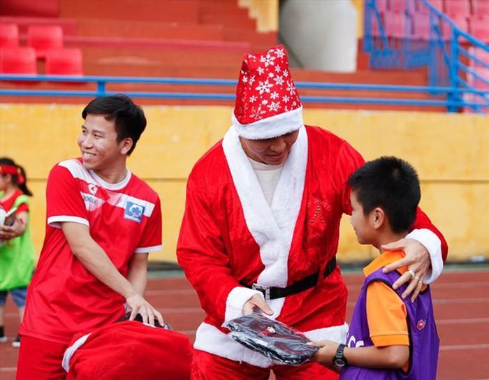 Giáng sinh muôn màu của các cầu thủ: Lâm Tây đẹp trai nhất hội, Đức Chinh lại vui vẻ cùng bạn mới-2