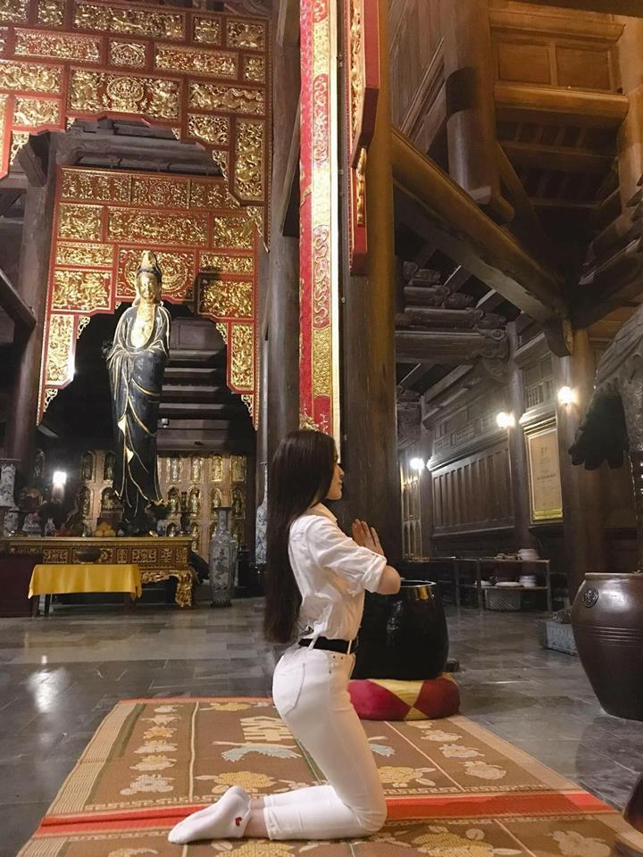 Người đẹp đi chùa sau 3 tháng ở ẩn.