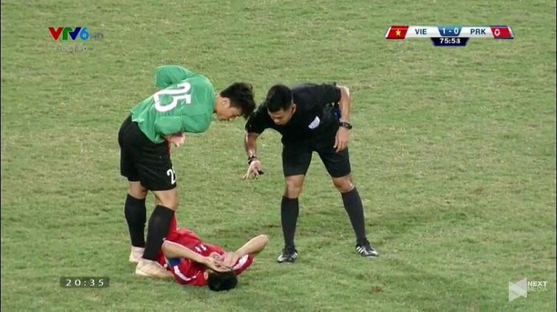 Được tung vào sân bắt chính trong trận giao hữu với Triều Tiên, Bùi Tiến Dũng đã có hành động đẹp khiến fans Việt thích thú-2