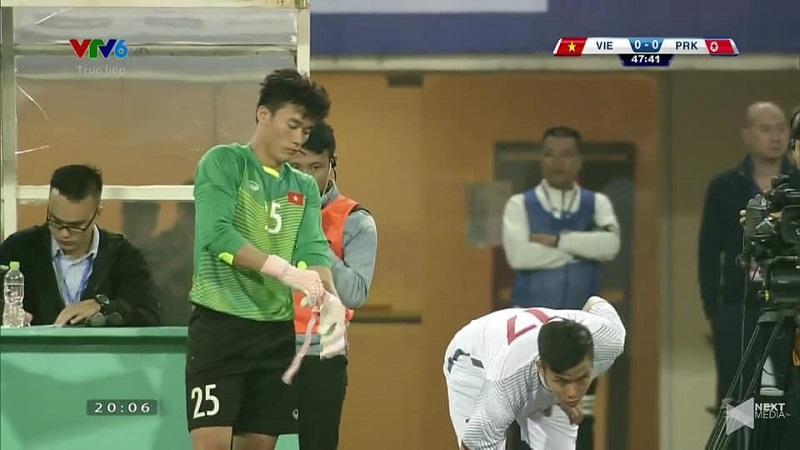 Được tung vào sân bắt chính trong trận giao hữu với Triều Tiên, Bùi Tiến Dũng đã có hành động đẹp khiến fans Việt thích thú-1