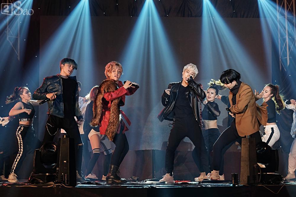 Zero9 song ca, nhảy minh hoạ cho Hoàng Yến Chibi trong liveshow đầu tiên của nhóm-1