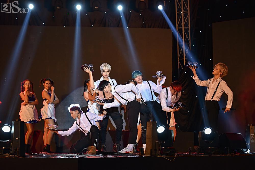 Zero9 song ca, nhảy minh hoạ cho Hoàng Yến Chibi trong liveshow đầu tiên của nhóm-4