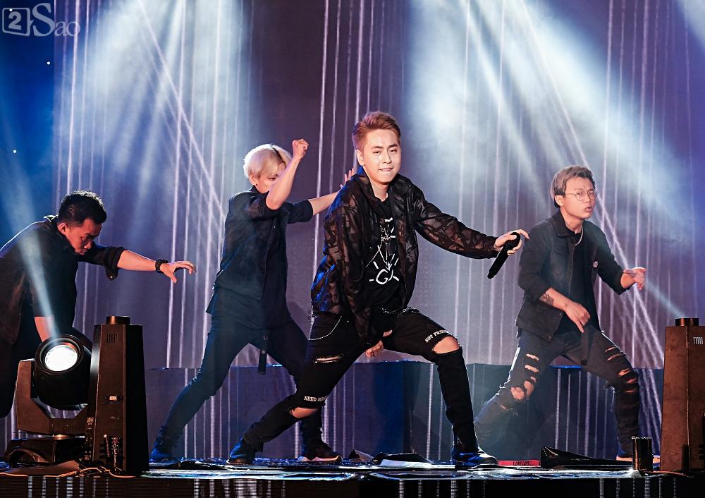 Zero9 song ca, nhảy minh hoạ cho Hoàng Yến Chibi trong liveshow đầu tiên của nhóm-6