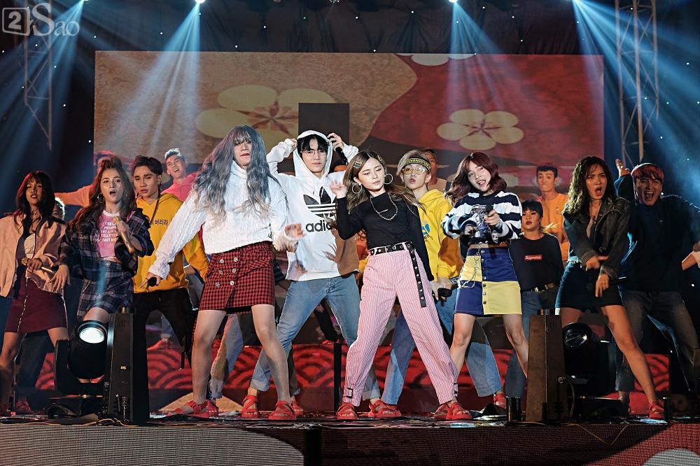 Zero9 song ca, nhảy minh hoạ cho Hoàng Yến Chibi trong liveshow đầu tiên của nhóm-7