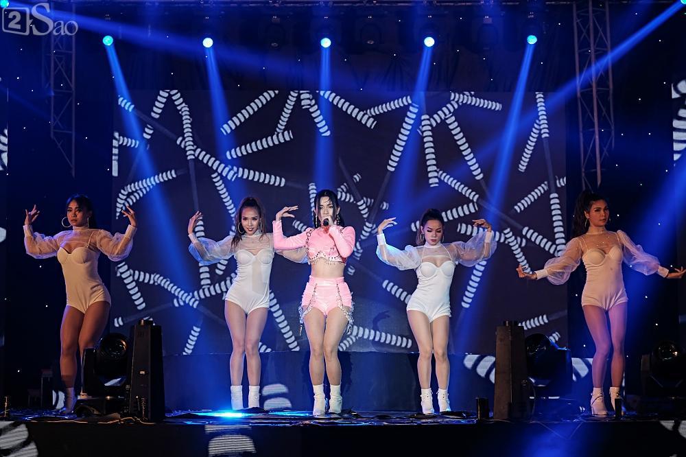 Zero9 song ca, nhảy minh hoạ cho Hoàng Yến Chibi trong liveshow đầu tiên của nhóm-8