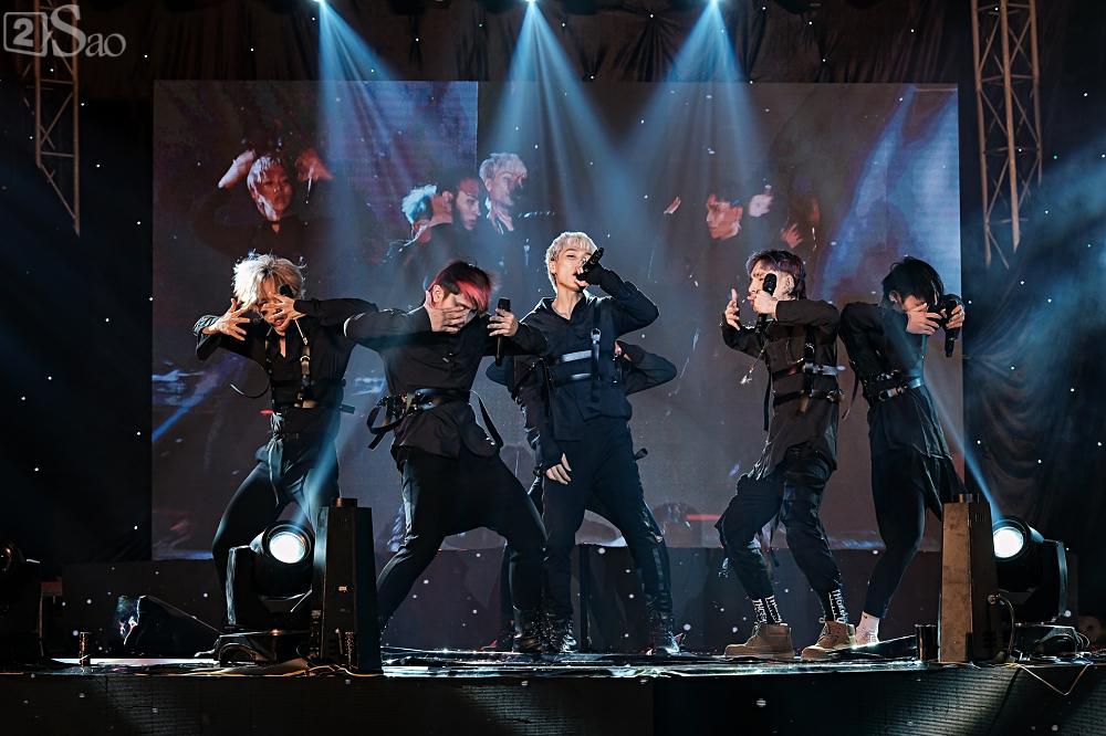Zero9 song ca, nhảy minh hoạ cho Hoàng Yến Chibi trong liveshow đầu tiên của nhóm-9