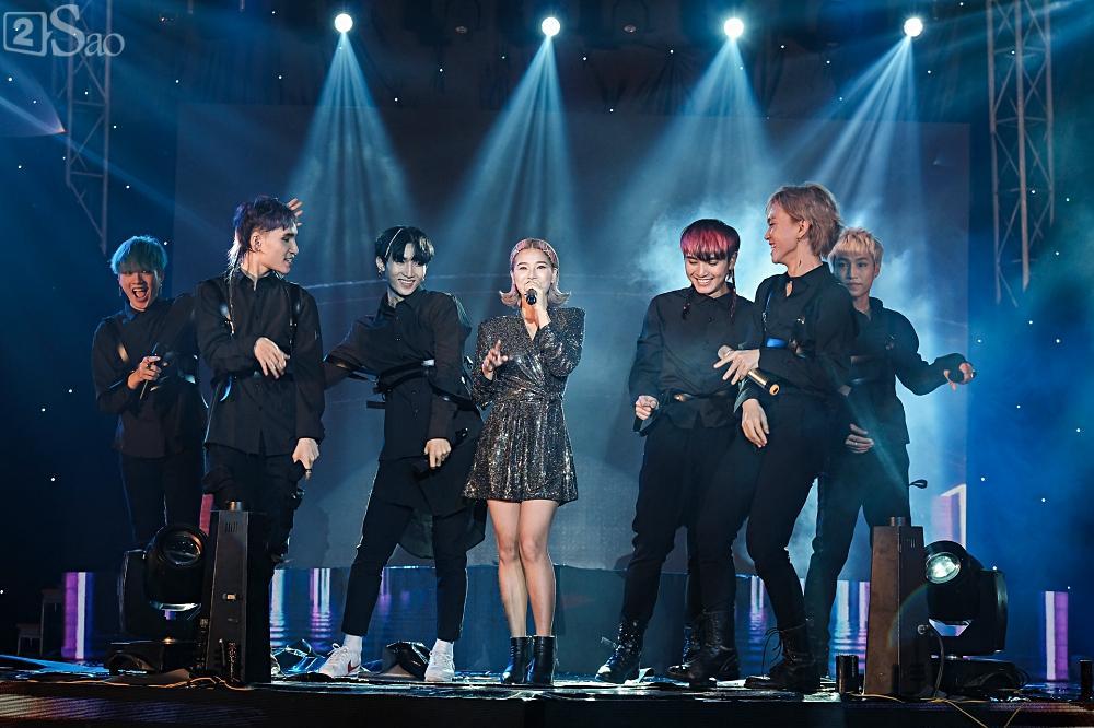 Zero9 song ca, nhảy minh hoạ cho Hoàng Yến Chibi trong liveshow đầu tiên của nhóm-10