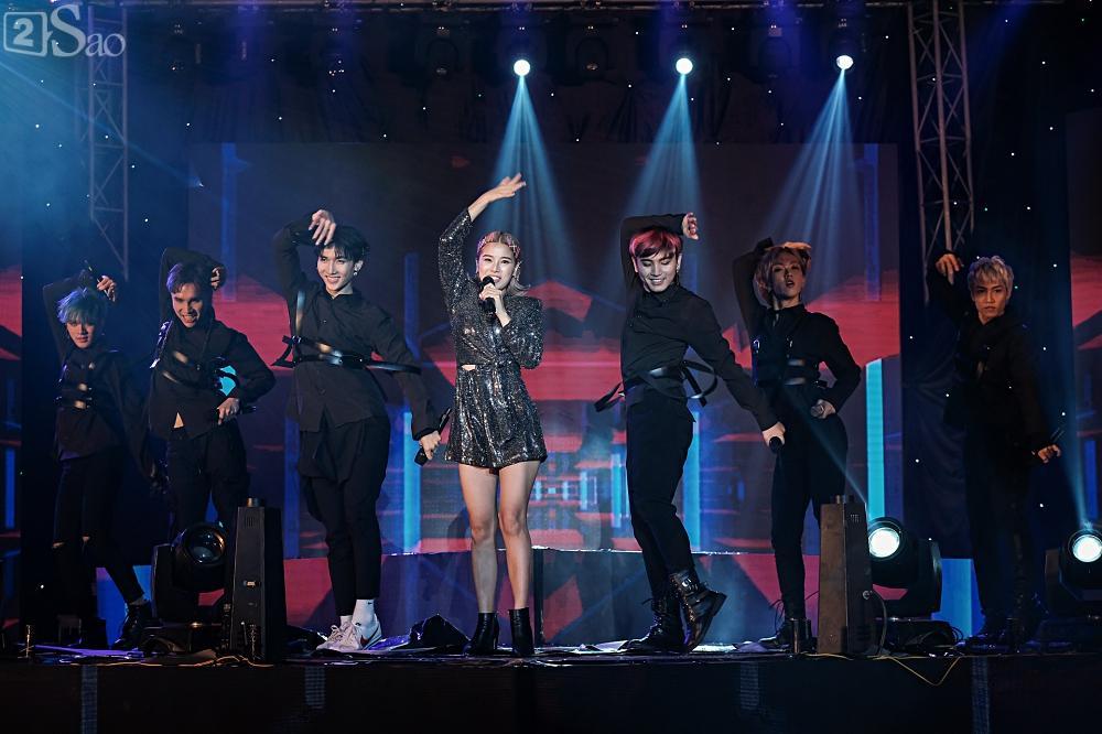 Zero9 song ca, nhảy minh hoạ cho Hoàng Yến Chibi trong liveshow đầu tiên của nhóm-11