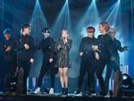 Zero9 song ca, nhảy minh hoạ cho Hoàng Yến Chibi trong liveshow đầu tiên của nhóm