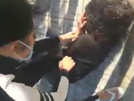 Xôn xao clip 2 thiếu nữ 15 tuổi bị đánh đập dã man