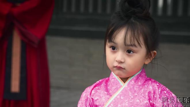 Bản sao nhí của Triệu Lệ Dĩnh khiến fan xuýt xoa vì xinh đẹp tựa thiên thần-1