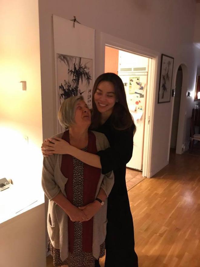 Đến Thụy Điển chào hỏi gia đình Kim Lý, mẹ Hồ Ngọc Hà tình cảm khoác tay bà thông gia-3