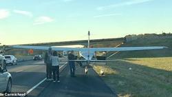 Phi công bất ngờ hạ cánh xuống đường cao tốc rồi… đi vệ sinh