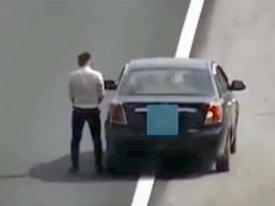 Tài xế ô tô ăn mặc lịch sự ngang nhiên dừng xe, tiểu tiện trên cao tốc Hà Nội – Hải Phòng